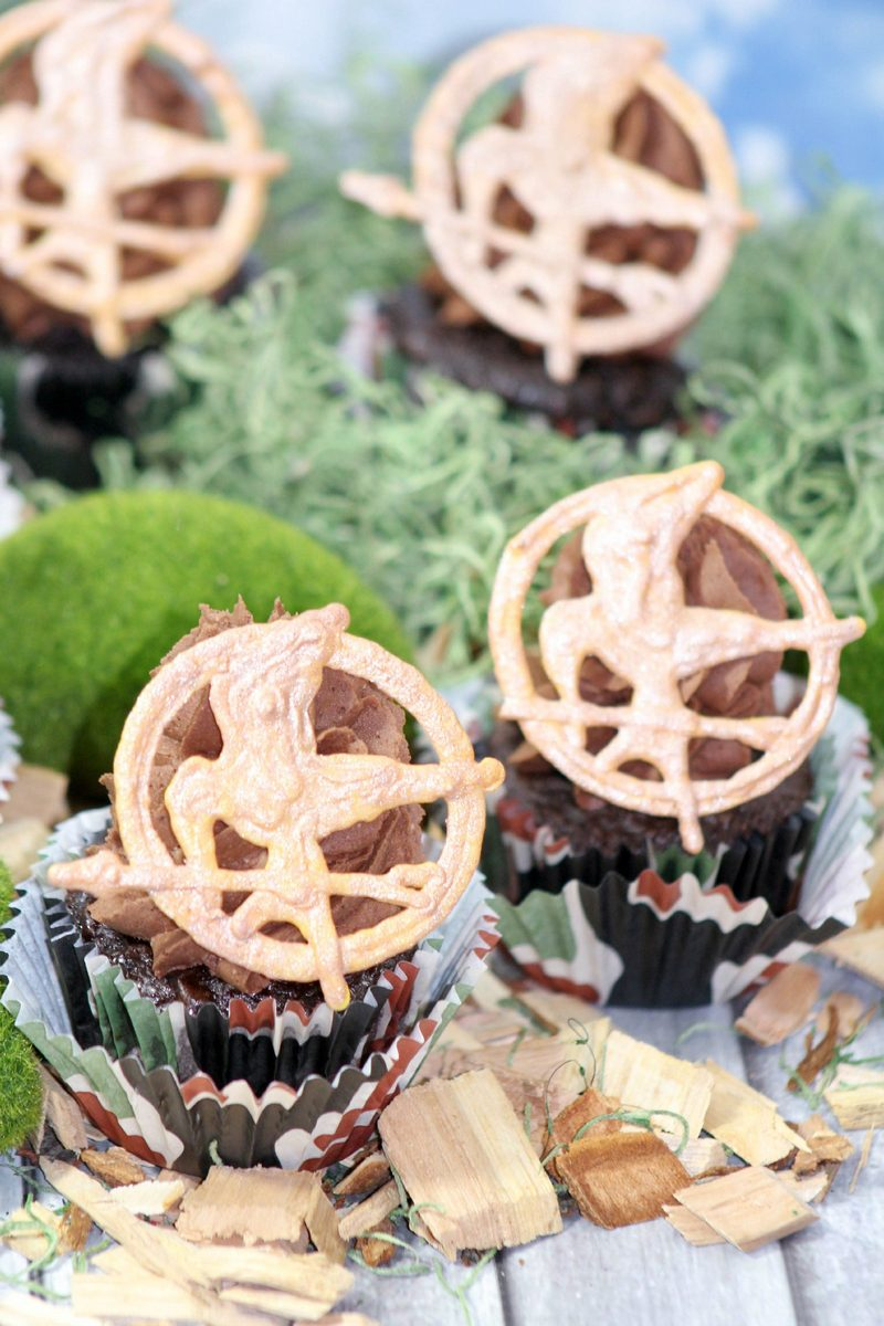 Planning a Hunger Games movie marathon party with your friends? Impress them with your baking skills with these awesome Mockingjay Hunger Games Cupcakes!
