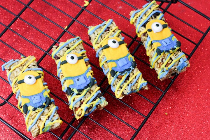 Minions granola bar snack: perfect for eating while watching one of our favorite December 2015 DVD releases!
